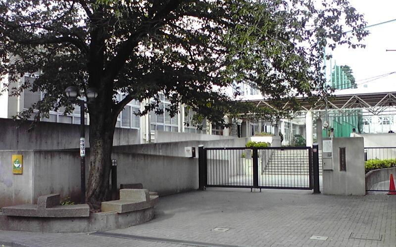 新宿区立落合第二中学校正門